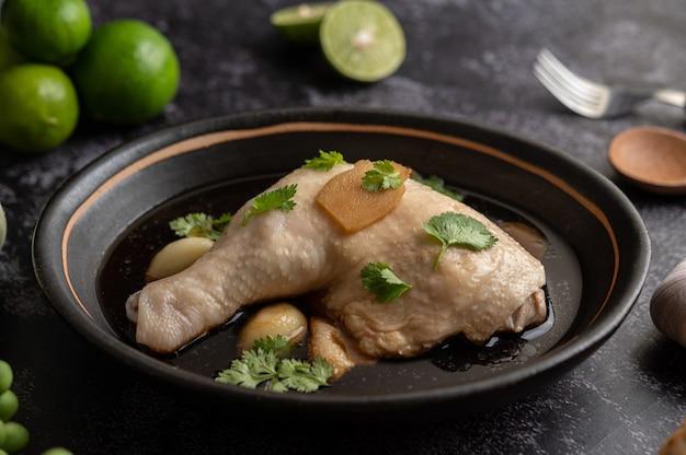 Cosce di pollo in umido, galanga, aglio e limone
