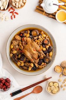 한약재로 끓인 닭고기 수프 중화요리로 유명한 이 수프