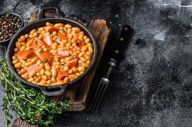 インゲン豆の燻製ソーセージとトマトソースの鍋煮