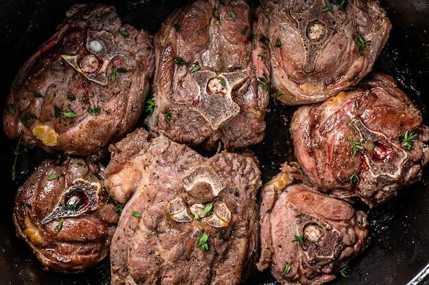Тушеное мясо ягненка на сковороде с зеленью