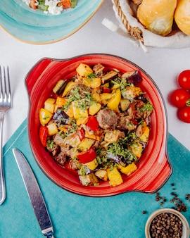 Тушеное мясо и овощи на столе