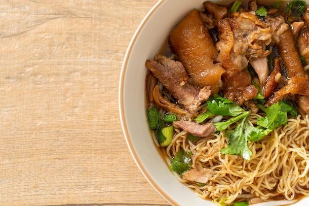 갈색 수프에 삶은 돼지 다리 국수 - 아시아 음식 스타일