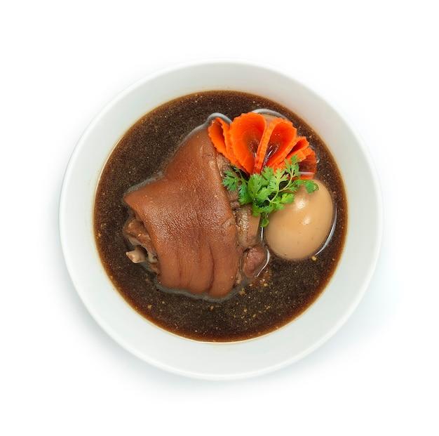 갈색 수프에 계란을 넣은 돼지 다리 조림 중국 음식 아시아 스타일 조각 된 당근 장식