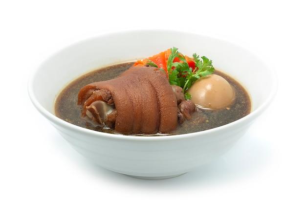 갈색 수프에 계란을 곁들인 돼지 다리 조림