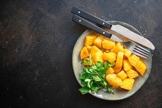 ジャガイモの煮込みは、肉の新鮮な部分がなく、テーブルの上で食事の軽食を食べる準備ができています。コピースペースの食べ物