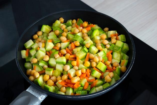 鍋にひよこ豆のズッキーニと野菜の煮込みをクローズアップ