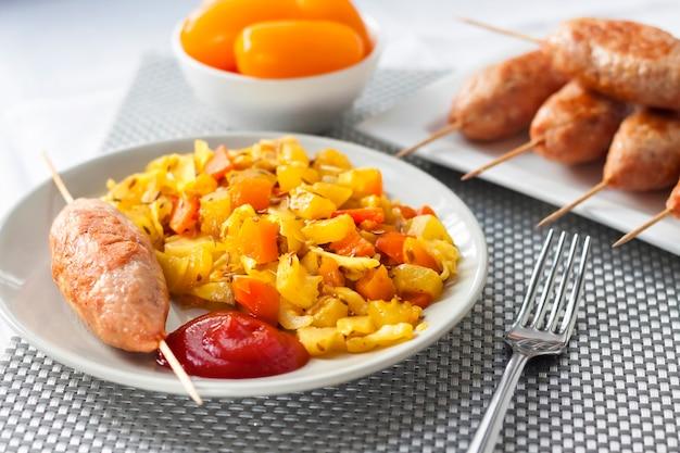 Тушеные овощи с куркумой и тмином и кебаб из индейки