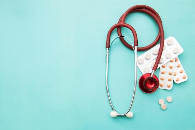 青の丸薬、錠剤、sthetoscope。ヘルスケアと医学。 copyspace。
