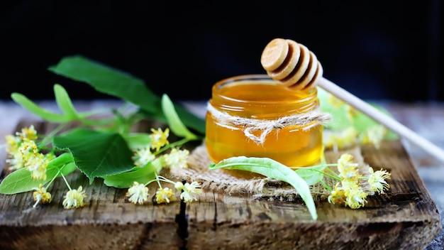 リンデンハチミツで蜂蜜を固執します。