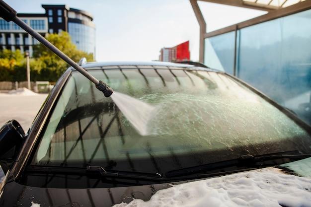 Придерживайтесь разбрызгивания воды на ветровое стекло