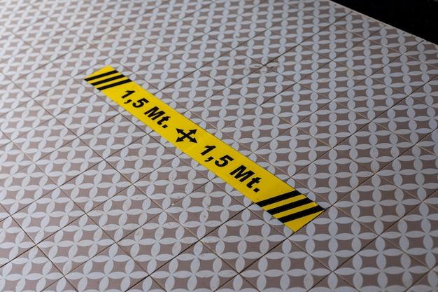 사회적 거리의 바닥 경고 표시에 스티커