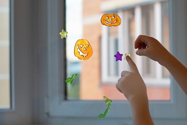 오렌지 할로윈 호박 장식 및 테마 파티 개념의 형태로 유리에 스티커