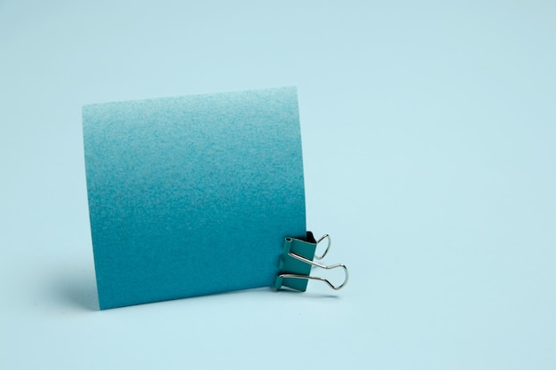 ステッカー用紙。スタジオの壁に青い色のモノクロのスタイリッシュでトレンディな構成。