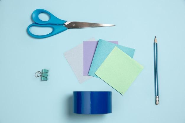 ステッカー紙はさみペンモノクロスタイリッシュな構成の青い色上面図フラットレイ