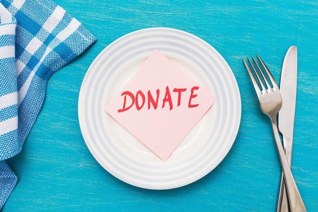 テーブルの上のプレートにテキストが書かれたステッカー、食品寄付のトピックに関するコンセプト