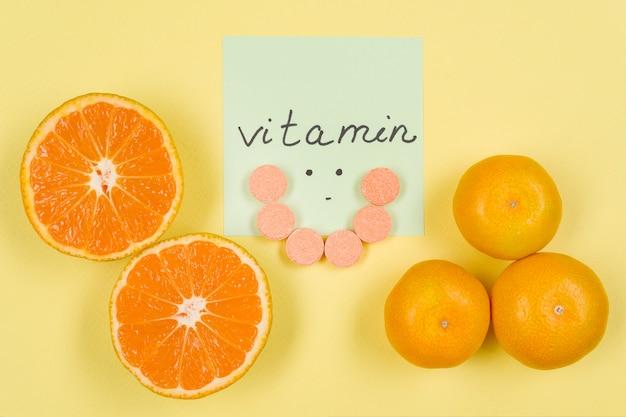 Наклейка со словом витамин с крупным планом желтый, витамин с, цитрусовые