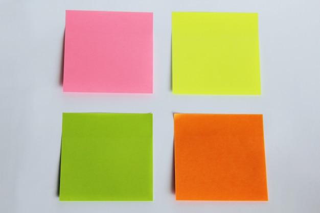 Наклейки разных цветов, изолированные на белом фоне