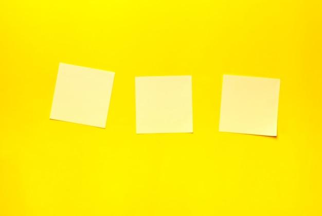 黄色の背景のステッカー。テキスト、メモのための場所。ミニマリズム。
