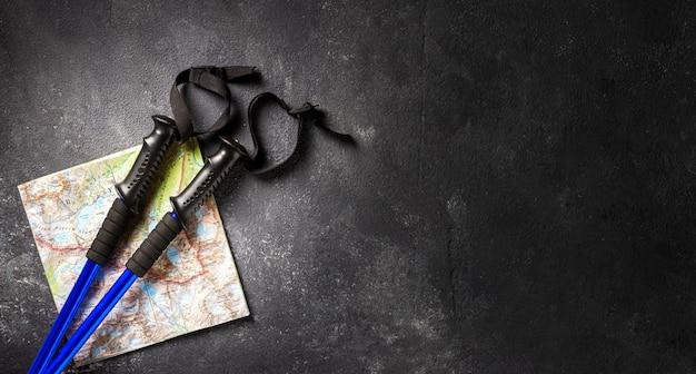 Палки для прогулок с картой горной местности на темном