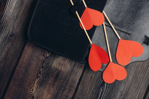 メモ帳のバレンタインデーの装飾飾りにハートを貼り付けます