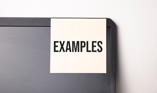 Sticky note on the computer with text examples