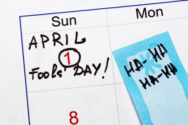Записка со словом «kick me» на спине человека, крупным планом. 1 апреля день дураков концепция.