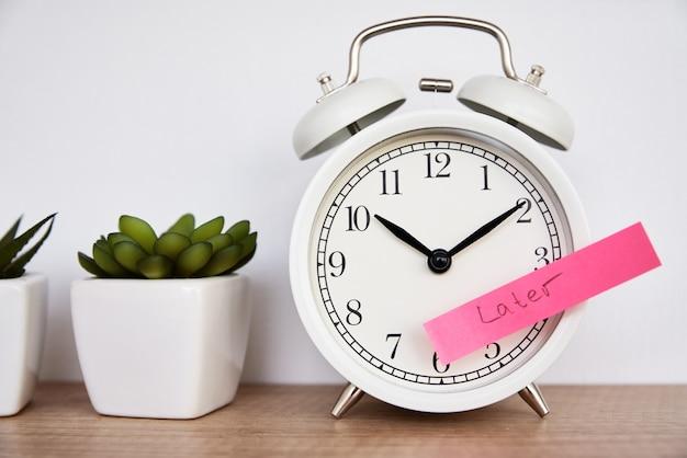 나중에 흰색 알람 시계 시간에 단어가 포함 된 스티커 메모