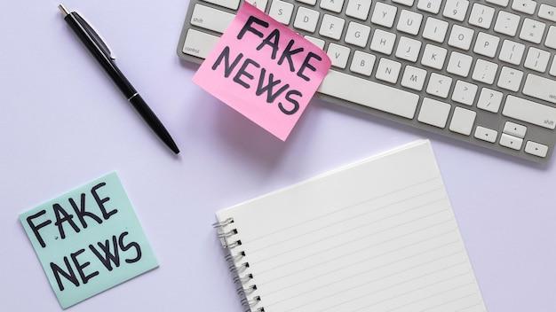 가짜 뉴스 메시지가 포함 된 스티커 메모
