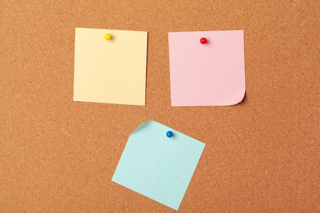 Записки с защелки и пробел на пробке. школа или бизнес-концепция