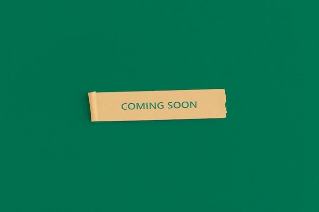 Клейкие заметки с текстом скоро появится на зеленом фоне. концепция открытия магазина