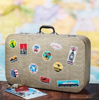 床にstikkersとレトロなスーツケース