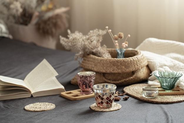 インテリアに装飾が施された居心地の良い家のある静物。