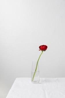 花瓶のインテリアフラワーの静物アレンジメント