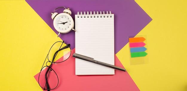 Натюрморт, бизнес, канцелярские товары или образовательная концепция: открытый блокнот с пустыми страницами, вид сверху