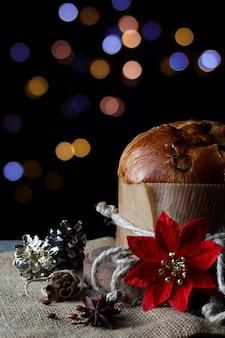 パネトーネとボケ味の明るい色の静物クリスマス