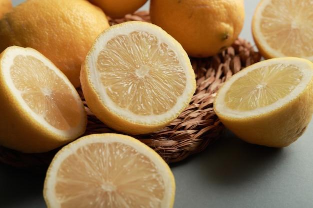 레몬의 정물화 세부 사항은 반으로 잘라