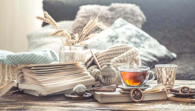 차 한잔과 함께 나무 테이블에 홈 인테리어의 정물화 세부 정보