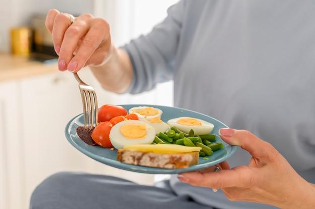 정물 여성 한스는 접시 균형 잡힌 아침 식사 개념 영양 계획에 건강 식품을 보유하고 있습니다.