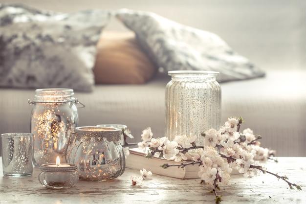 Натюрморт с цветами и предметами декора в гостиной
