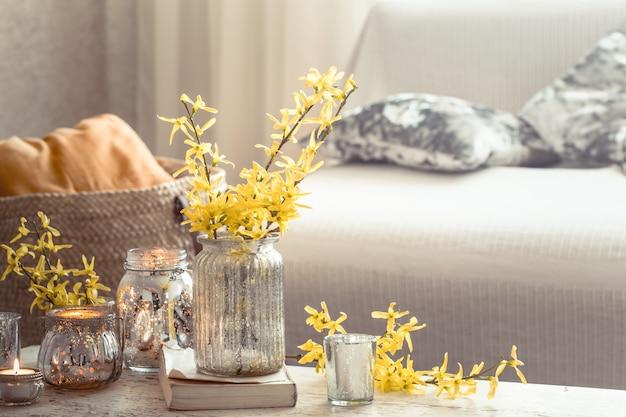 Fiori natura morta con oggetti decorativi nel soggiorno
