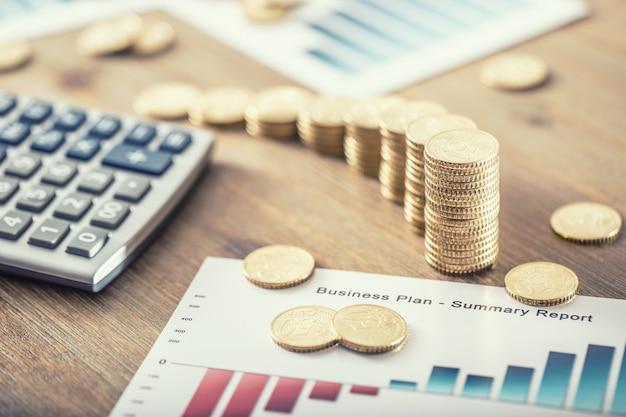 Натюрморт из монет евро с бизнес-планом и калькулятором эффекта роста.