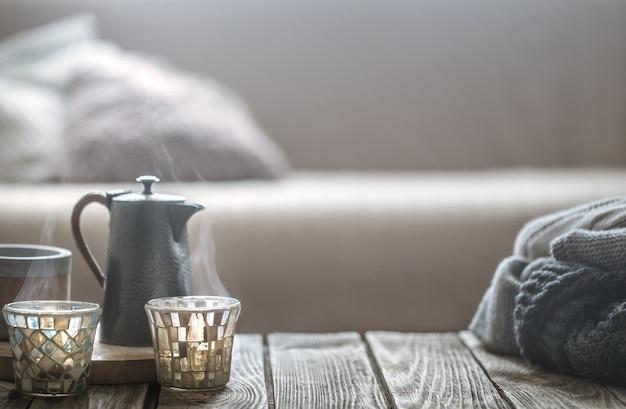木製のテーブルのインテリアからの静物