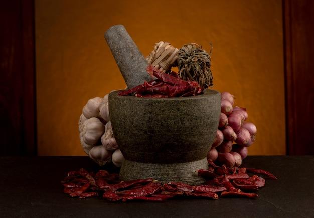 古い木製のテーブルに静物にんにく、エシャロット、乾燥唐辛子。