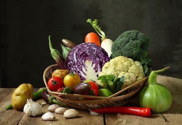 木製のスペースで農業静物収穫野菜