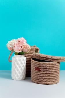 꽃병에 꽃과 정 이미지 촛불. 판매 또는 할인에 대한 개념. 브랜딩을 조롱하십시오. 파란색 배경에 장식 가게 복사 공간 이미지