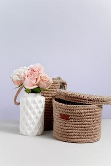 꽃병에 꽃과 정 이미지 촛불. 판매 또는 할인에 대한 개념. 브랜딩을 조롱하십시오. 분홍색 배경에 장식 상점 복사 공간 이미지