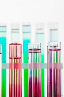 다채로운 화학 물질이 있는 실험실 테스트 튜브의 정물