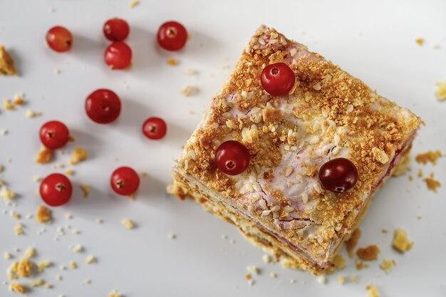 クランベリーで焼いた静物ナポレオンケーキ。