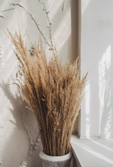 花瓶のドライフラワーの花束の静物。家のインテリアは装飾です