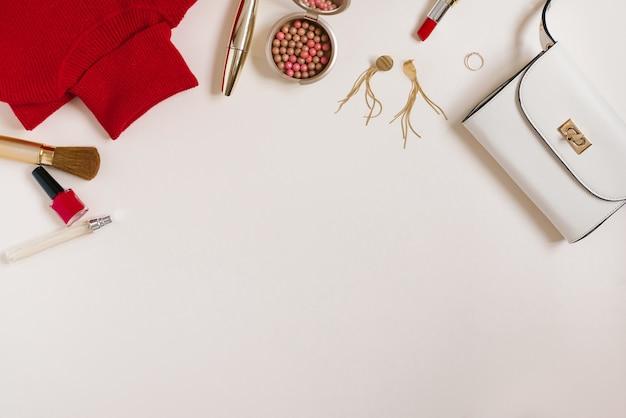 Натюрморт модницы. женский косметический фон. блогер по косметике и одежде для весеннего фестиваля. копирование пространства